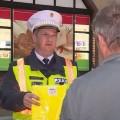 Láthatósági eszközök osztásával segíti a rendőrség a közlekedőket